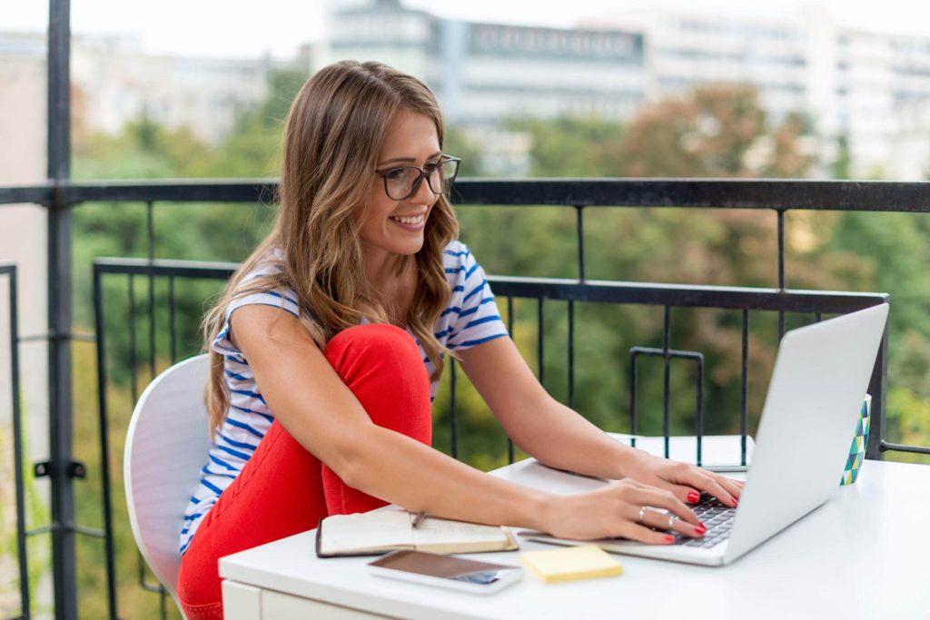 девушка с ноутбуком учится